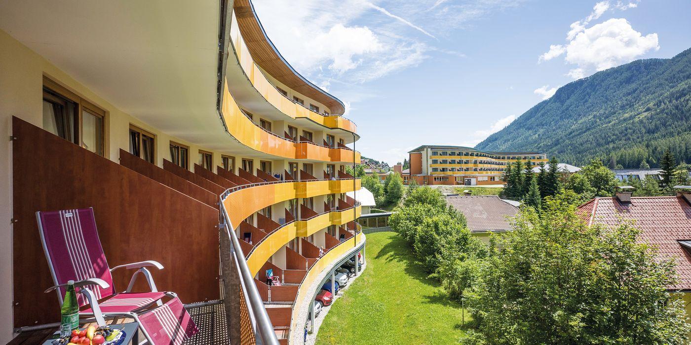 Ausblick in die umliegende Natur vom Balkon der Premium Doppelzimmer