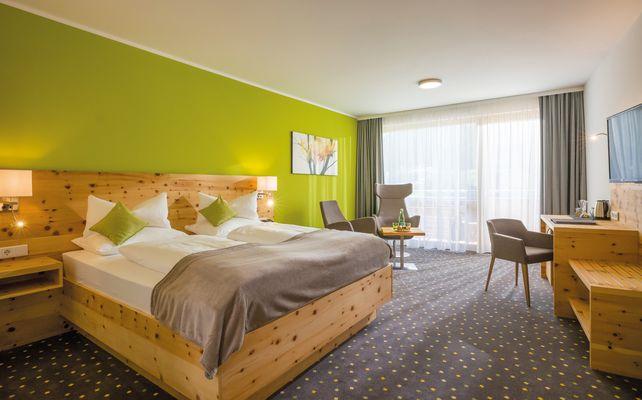 Das Zirbenholz ist eine wertvolle Quelle für mehr Lebensqualität in unseren modernen Doppelzimmern.