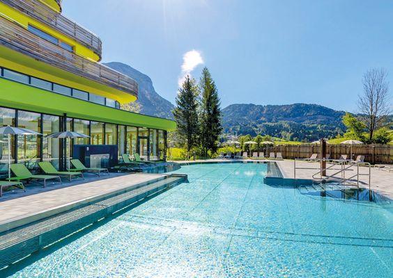 Relaxen im ganzjährig beheizten Außenschwimmbecken mit Blick auf die umliegende Bergwelt