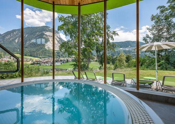Schwerelose Momente im Whirlpool mit einem grandiosen Panoramablick auf die umliegende Bergwelt.