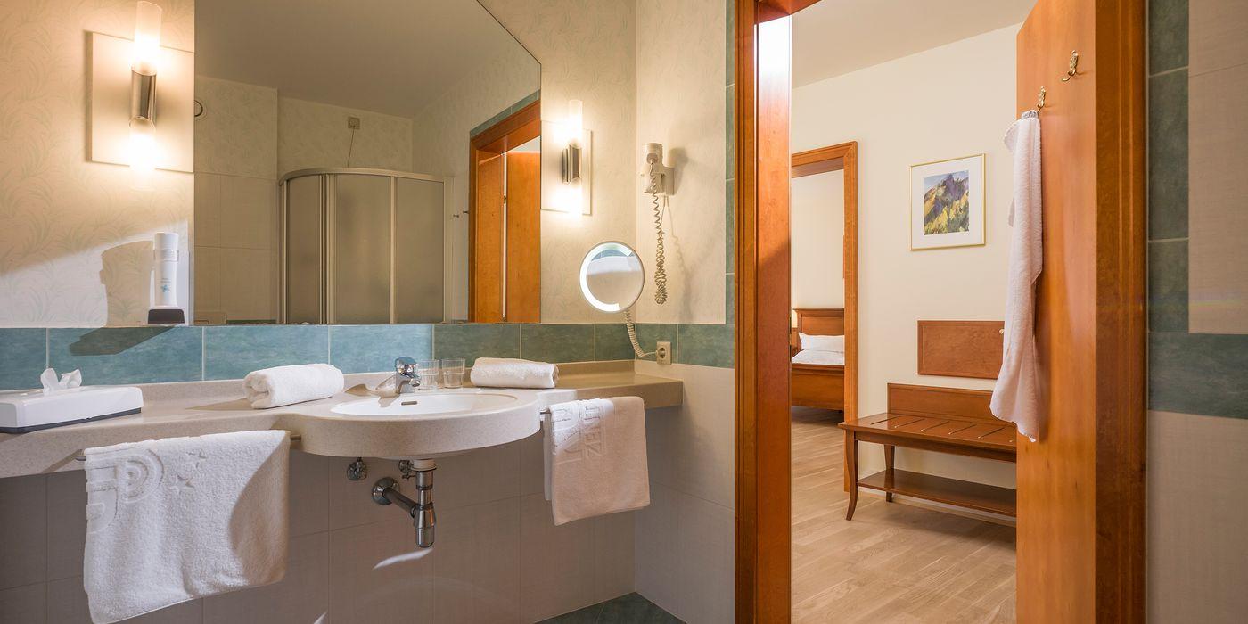 Badezimmer mit Dusche in der Wohlfühl Suite.