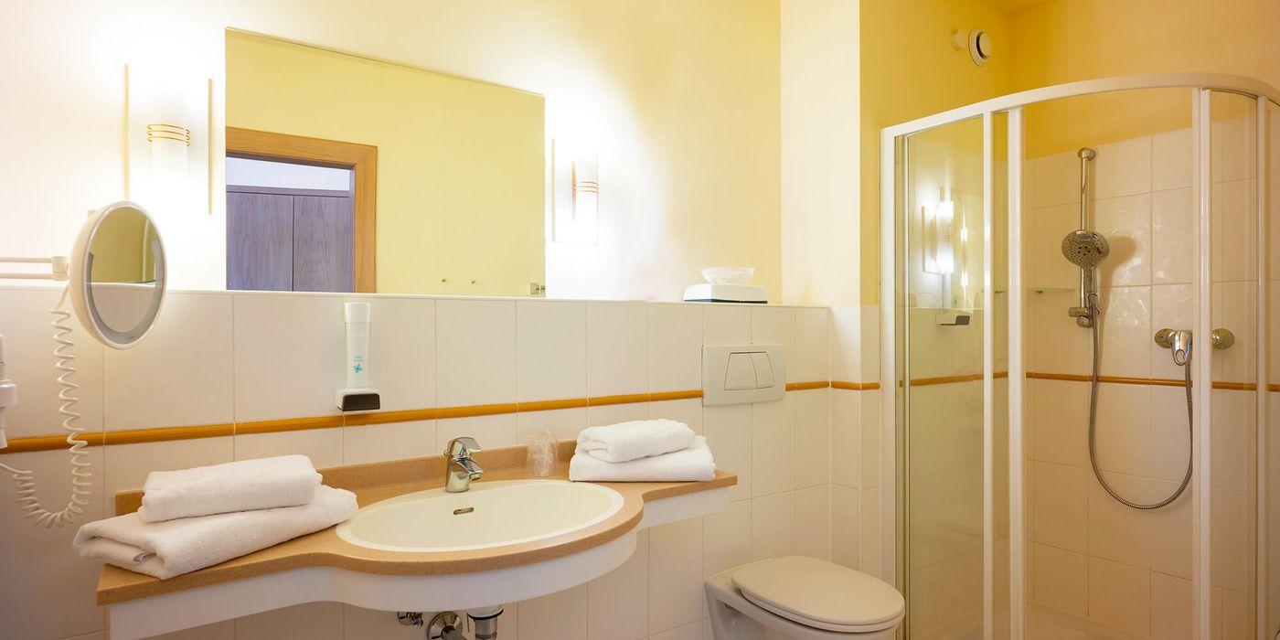 Badezimmer - Vivea Gesundheitshotel Bad Häring (Zimmerbeispiel)