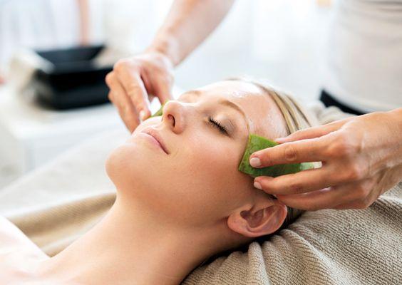 Gönnen Sie sich eine Kosmetik- oder Beautyanwendung mit hochwertigen Produkten von Vinoble und Pharmos.