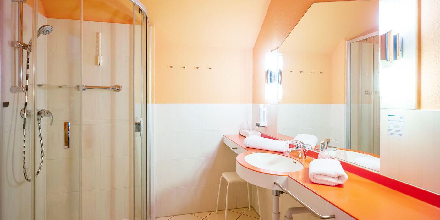 Badezimmer im Vivea Gesundheitshotel Bad Häring (Zimmerbeispiel)