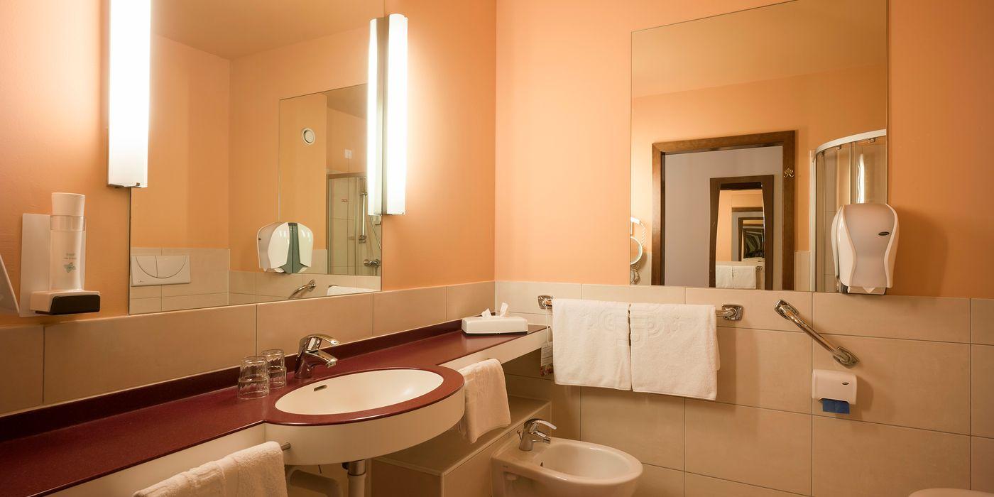 Badezimmer mit Dusche im Premium Einzelzimmer