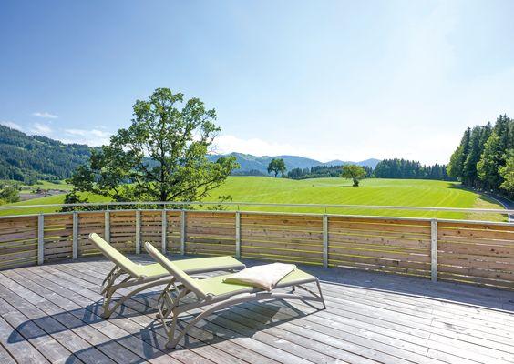Das Highlight unserer SIEBEN Suite ist die weitläufige Terrasse, die wir mit gemütlichen Sonnenliegen und Loungemöbeln ausgestattet haben.