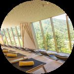 Genießen Sie den traumhaften Ausblick im Panorama Wellnessbereich