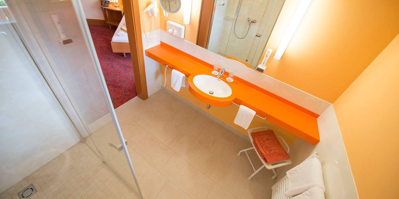Zimmerbeispiel für ein Badezimmer im Vivea Gesundheitshotel Bad Goisern