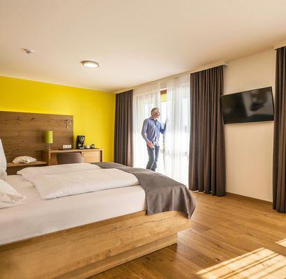 Unsere Zimmer und Suiten sind wahlweise in der Ausstattung Zirbenholz/Teppichboden oder gebürstete Eiche/Parkettboden erhältlich.
