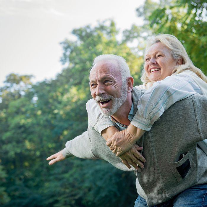 Glückliches älteres Paar draußen in der Natur